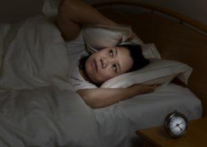 Visar hur sömnproblem kan bidra till att muskelspänning uppkommer.