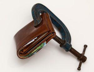 Visar hur ekonomi kan vara en källa till stress och muskelspänning.